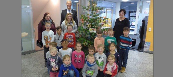 Kinder zu Besuch in der Raiffeisenbank